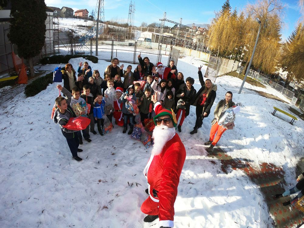 31 children from Prozor - Rama county, with gifts.